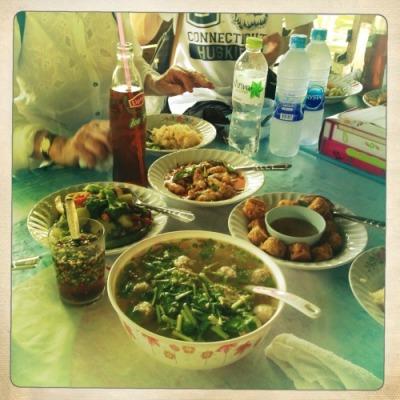 Repas dans les klongs de Bangkok